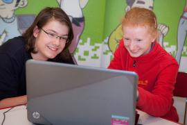 Jugendliche_und_Kind_hinter_Laptop