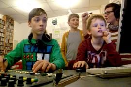 Kinder bei Liveradiosendung
