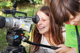 Mädchen_hinter_Videokamera