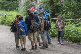 Jugendliche auf Waldweg