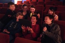 Jugendliche im Kino mit Tablet