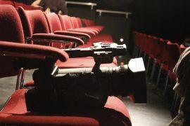 Kamera auf Stühlen