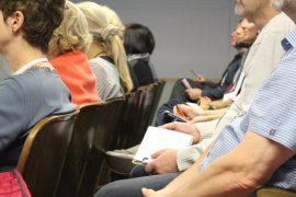 Erwachsenes Publikum bei Vortrag