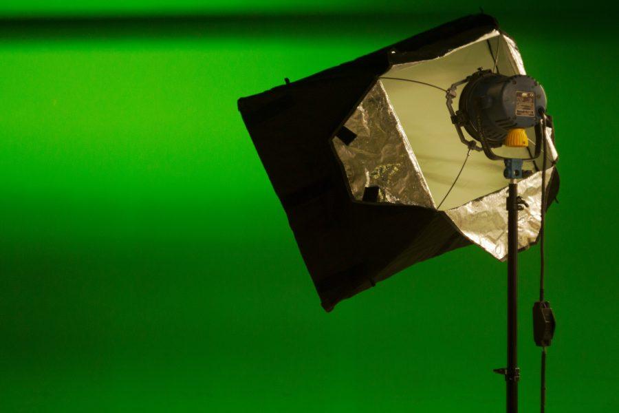 Zu sehen ist ein Licht auf einem Stativ vor einem Greenscreen