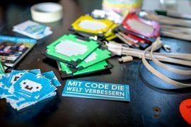 Sticker mit Lamas und dem Text: Mit Code die Welt verbessern